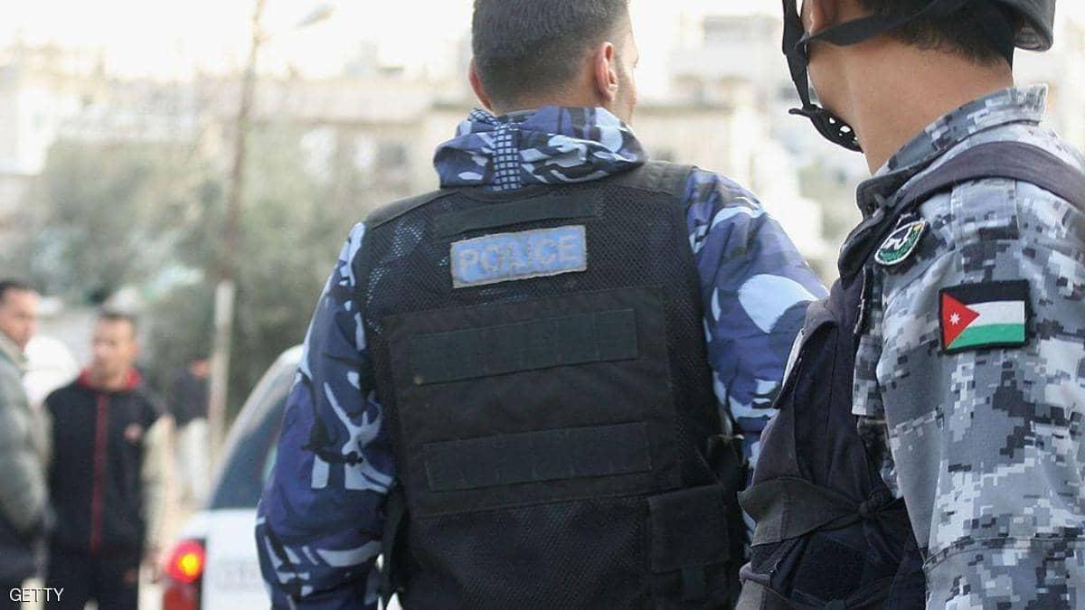 """فيديو لأردني يحطم واجهة بنك.. والسبب """"معاملة بنكية"""""""