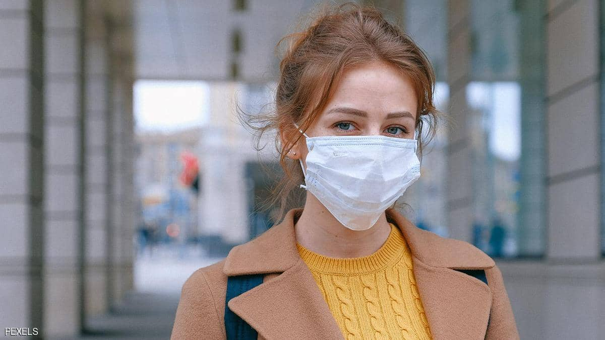 كيف يصيب فيروس كورونا الإنسان؟.. خبراء يجيبون