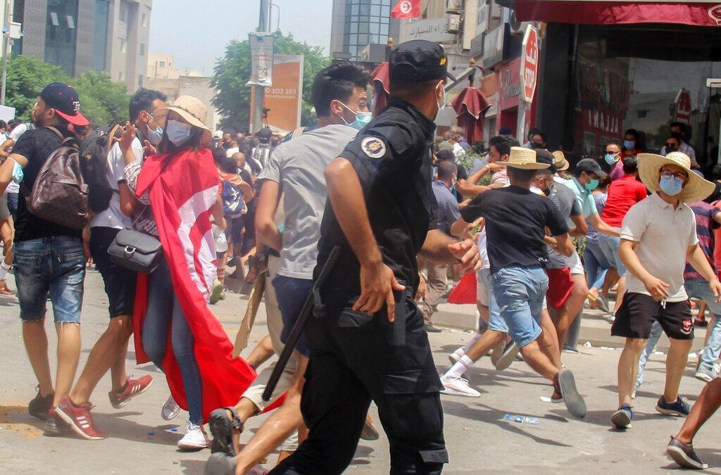 تونس: الجيش يطوّق البرلمان ويمنع الغنوشي من دخوله