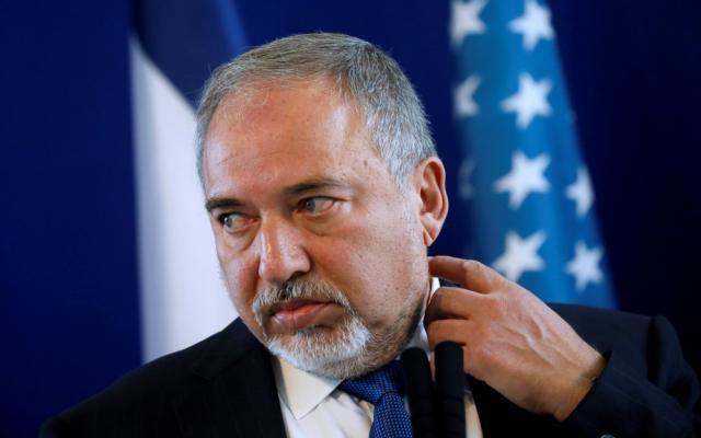 ليبرمان: نتنياهو يُخفي سياسة الاستسلام لحماس ويشتري الهدوء