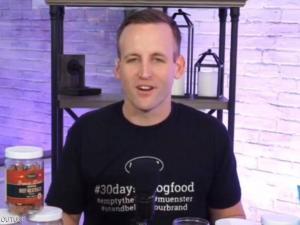 رجل يتناول طعام الكلاب 30 يوميا.. والسبب؟
