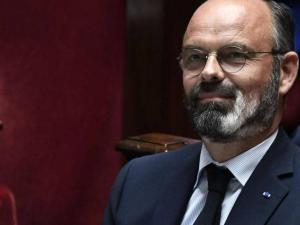 """كيف أصبحت لحية رئيس وزراء فرنسا """"البيضاء"""" رمزا لأزمة كورونا؟"""