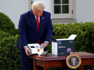 ترامب يعلن توزيع 150 مليون فحص سريع لكورونا