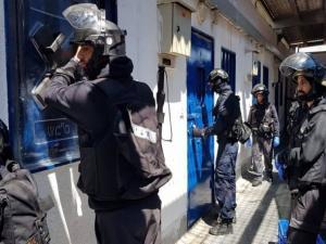 """أسير من حماس يهاجم حارساً في """"عوفر"""" ويصيبه بجراح"""