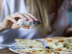 10 علامات على أنك تتناول الملح بشكل يهدد صحتك