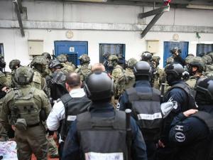 توتر في سجن عوفر بعد اقتحامه من قبل قوات القمع