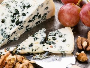 """""""الجبن الأزرق"""".. كيف يصنع؟ ومتى يفسد؟ وهل هو صحي؟"""