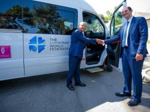 """بنك فلسطين يتبرع بحافلة لمستشفى """"المطلع"""" في القدس لنقل المرضى القادمين من قطاع غزة والعائدين إليه"""