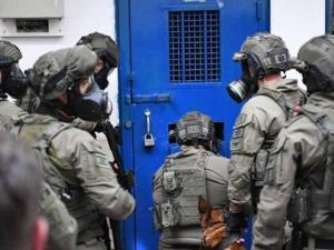 """قوات الاحتلال تقتحم غرف """"أسرى الجهاد"""" في سجن رامون وتنقلهم للزنازين"""