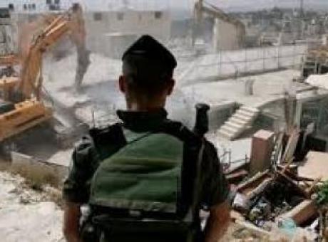 الاحتلال يهدم منزلا وغرفتين زراعيتين ويدمر أسوارا شمال بيت لحم